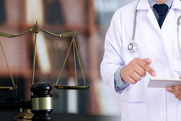 Maître Petra Lavie possède un cabinet d'avocats situé à Cannes, elle intervient dans les affaires relatives à la responsabilité médicale tant pour du conseil qu'en matière de gestion de contentieux.